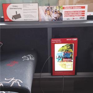 Tablet als Lese-Service im Bus mit Schutzgehäuse und Ladegerät