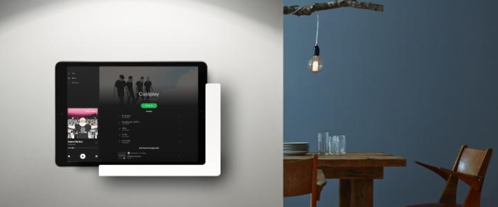 Spotify Anwendung auf iPad in weißer TabLines TWP Tablet Wandhalterung Plug vor Küche